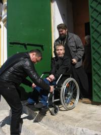 Батюшка с Ильёй помогают Диме