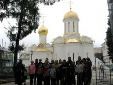 Общая фотография в Лавре у храма в честь Святой Троицы