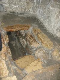 Спуск в пещеру св. Лазаря Четверодневного (Вифания)