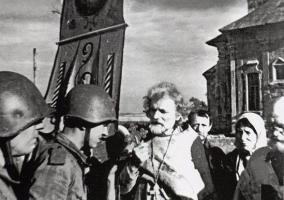 Священник Дмитрий Орловский благословляет советских бойцов перед боем. Орловское направление, 1943 год.