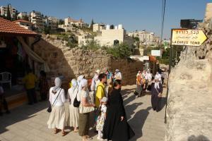 Вифания. Группа паломников нашего прихода у входа в пещеру Лазаря