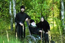 Владыка Михей, отец Феодор (Казанов) и монахиня Феврония на прогулке за грибами. Шельшедом, 2003 г.