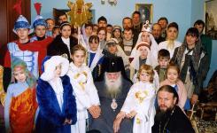 Владыка Михей в окружении детей воскресной школы. Рождество 2004 г.